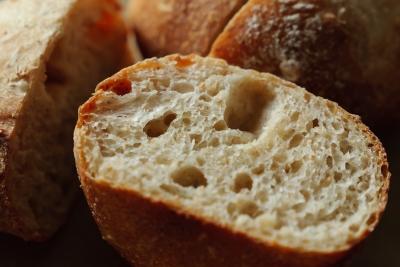安物のパンナイフで切ったパン